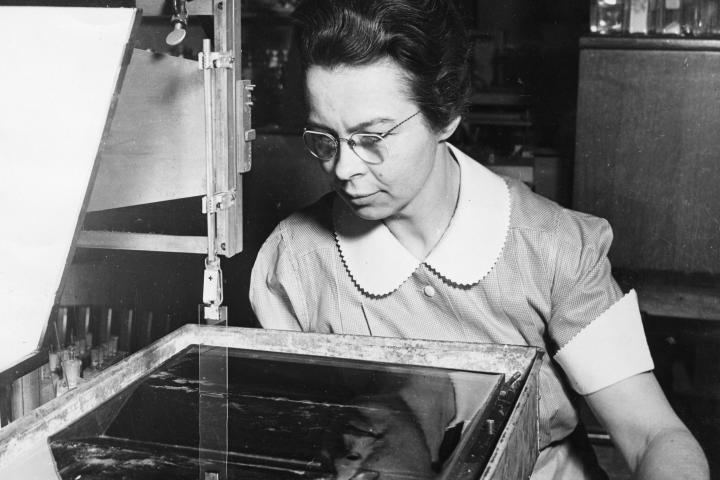 https://en.wikipedia.org/wiki/Katharine_Burr_Blodgett#/media/File:Katharine_Burr_Blodgett_(1898-1979),_demonstrating_equipment_in_lab.jpg